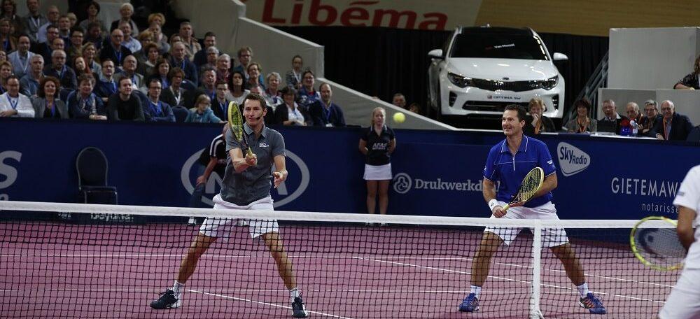 De Nederlandse tennistoppers Jacco Eltingh en Paul Haarhuis in actie tijdens de AFAS Tennis Classics