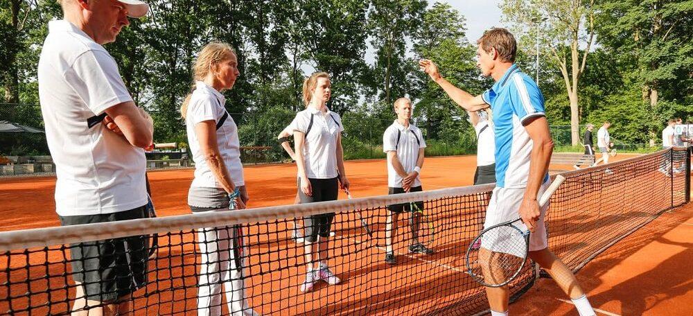 Paul Haarhuis tijdens een van zijn tennisclinics